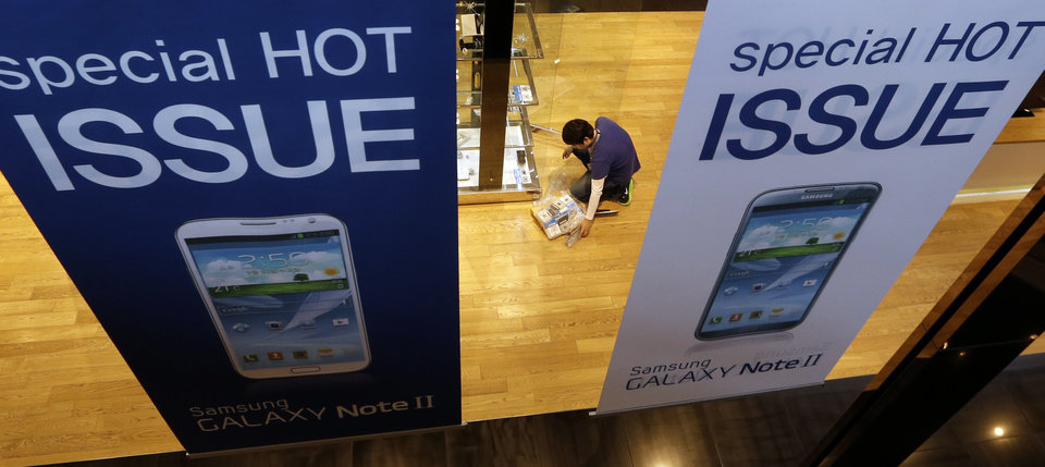 Photo -   An employee of Samsung Eletronics Co. prepares to display Samsung products at a showroom of its headquarters in Seoul, South Korea, Friday, Oct. 26, 2012. Samsung's third-quarter net profit nearly doubled over a year earlier to a record high propelled by strong sales of Galaxy phones that helped widen its lead over rivals. (AP Photo/Lee Jin-man)