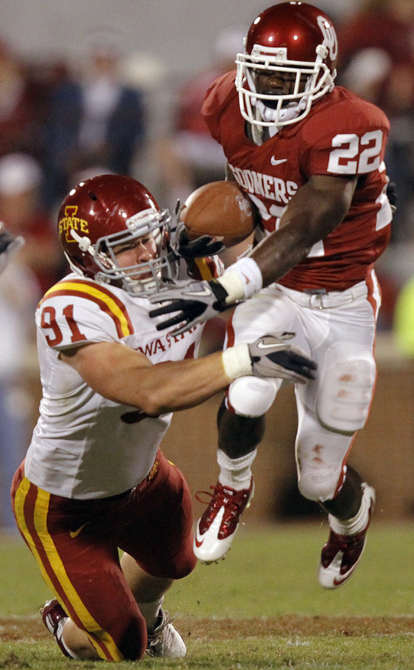 Photo - Oklahoma's Roy Finch (22) gets past Iowa State's Patrick Neal (91) during the second half of the college football game between the University of Oklahoma Sooners (OU) and the Iowa State Cyclones (ISU) at the Gaylord Family-Oklahoma Memorial Stadium on Saturday, Oct. 16, 2010, in Norman, Okla.  Photo by Chris Landsberger, The Oklahoman