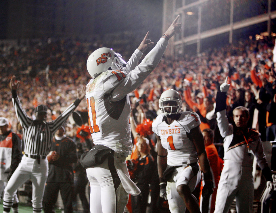 Photo - OSU's  Zac  Robinson  celebrates after a touchdown during the college football game between Oklahoma State University and the University of Colorado at Folsom Field in Boulder, Colo., Saturday, Nov. 15, 2008. BY BRYAN TERRY, THE OKLAHOMAN