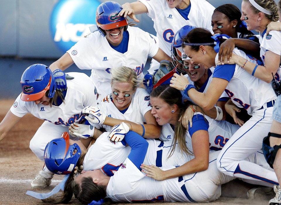 Photo - FIRST PLACE-SPORTS University of Florida celebrates the Gators' win over Alabama during NCAA softball tournament, Sunday May 31, 2009. Photo by Sarah Phipps, The Oklahoman
