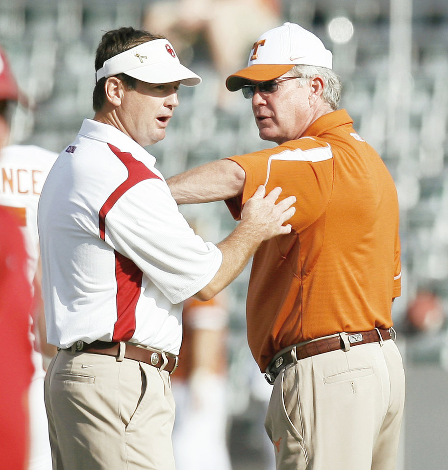 Photo - OU's Bob Stoops, left, trails Texas coach Mack Brown in one big category — winning close games.  BRYAN TERRY, THE OKLAHOMAN archive
