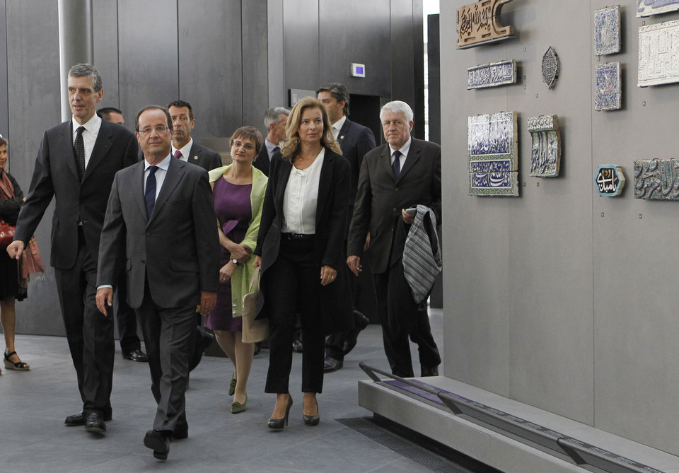 Photo -   French President Francois Hollande, second left, his companion Valerie Trierweiler, second right, Louvre museum president Henri Loyrette, left, and Sophie Makariou, center behind Hollande, chief of Department of Islamic Arts, visit the new Department of Islamic Arts galleries at the Louvre museum in Paris, Tuesday Sept. 18, 2012. (AP Photo/Gonzalo Fuentes, Pool)