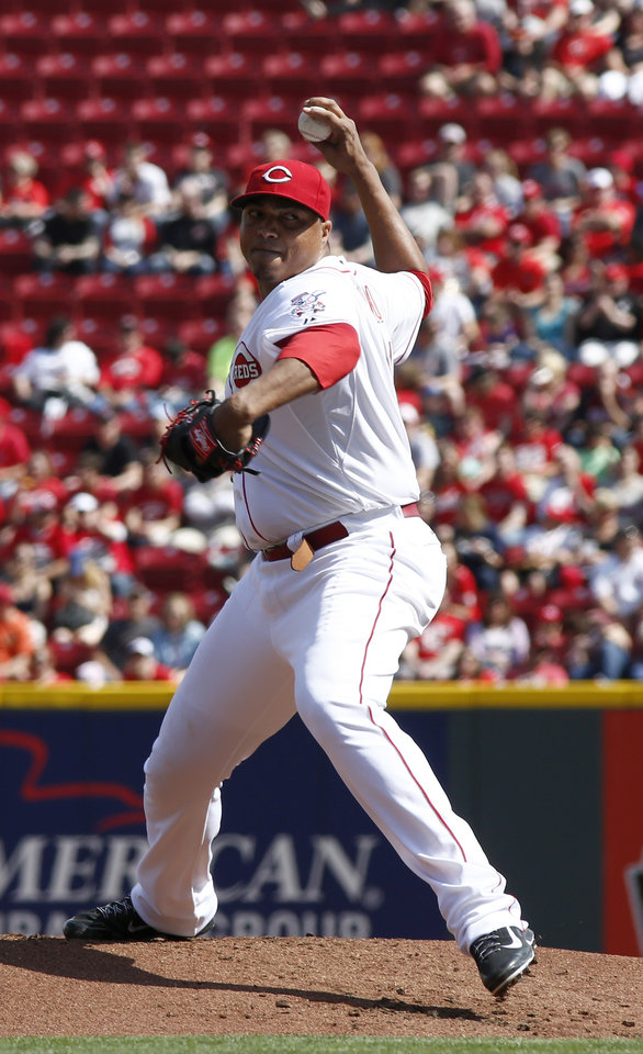 Photo - Cincinnati Reds starting pitcher Alfredo Simon throws against the Milwaukee Brewers during the first inning of a baseball game, Sunday, May 4, 2014, in Cincinnati. (AP Photo/David Kohl)