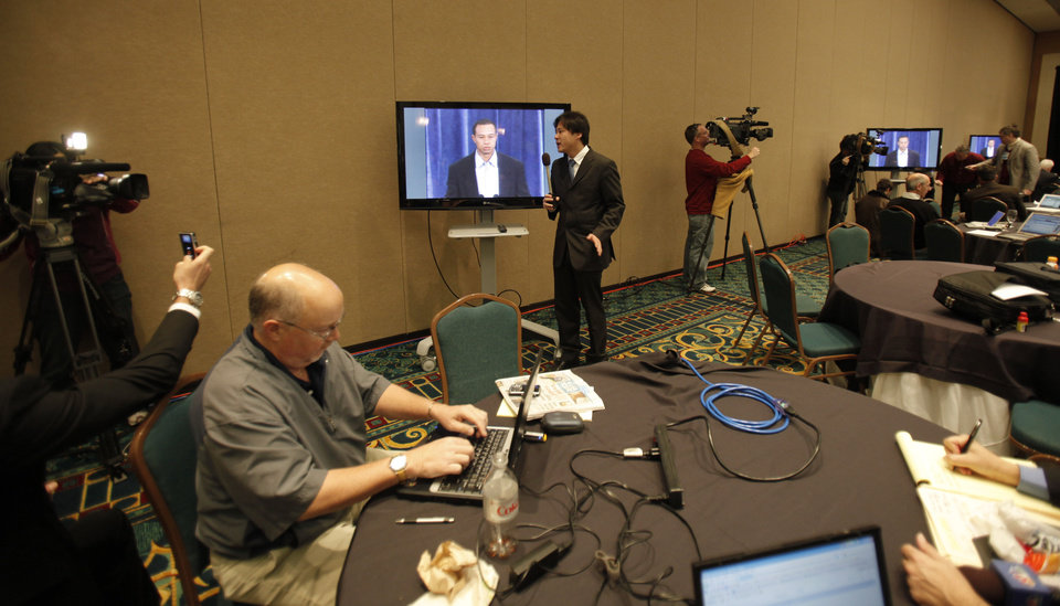 Photo - Members of the media watch from a conference room at the Sawgrass Mariott hotel as golfer Tiger Woods delivers a statement, Friday, Feb. 19, 2010, in Ponte Vedra Beach, Fla. (AP Photo/Rob Carr) ORG XMIT: FLRC108