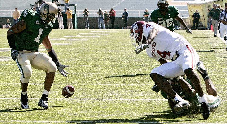 Photo - Baylor's Dwain Crawford (1) recovers a fumble by Oklahoma's Malcolm Kelly (4) just before he scored a touchdown in the first half during the University of Oklahoma Sooners (OU) college football game against Baylor University Bears (BU) at Floyd Casey Stadium, on Saturday, Nov. 18, 2006, in Waco, Texas.     by Chris Landsberger, The Oklahoman