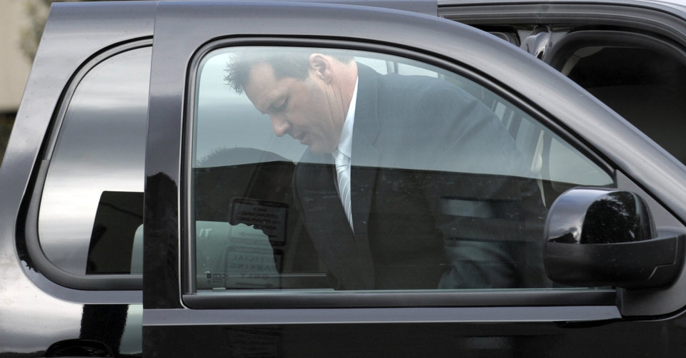 Photo -   Retired Major League baseball pitcher Roger Clemens arrives at federal fourt in Washington, Monday, April 23, 2012. The Clemens perjury trial moves into the next phase with the planned seating of a jury and opening arguments on Monday. (AP Photo/Susan Walsh)