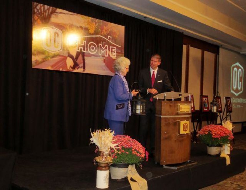 Jose Freede receives the 2012 Honorary Alumna Award from President John de Steiguer at Oklahoma Christian University. (Photo by Helen Ford Wallace).