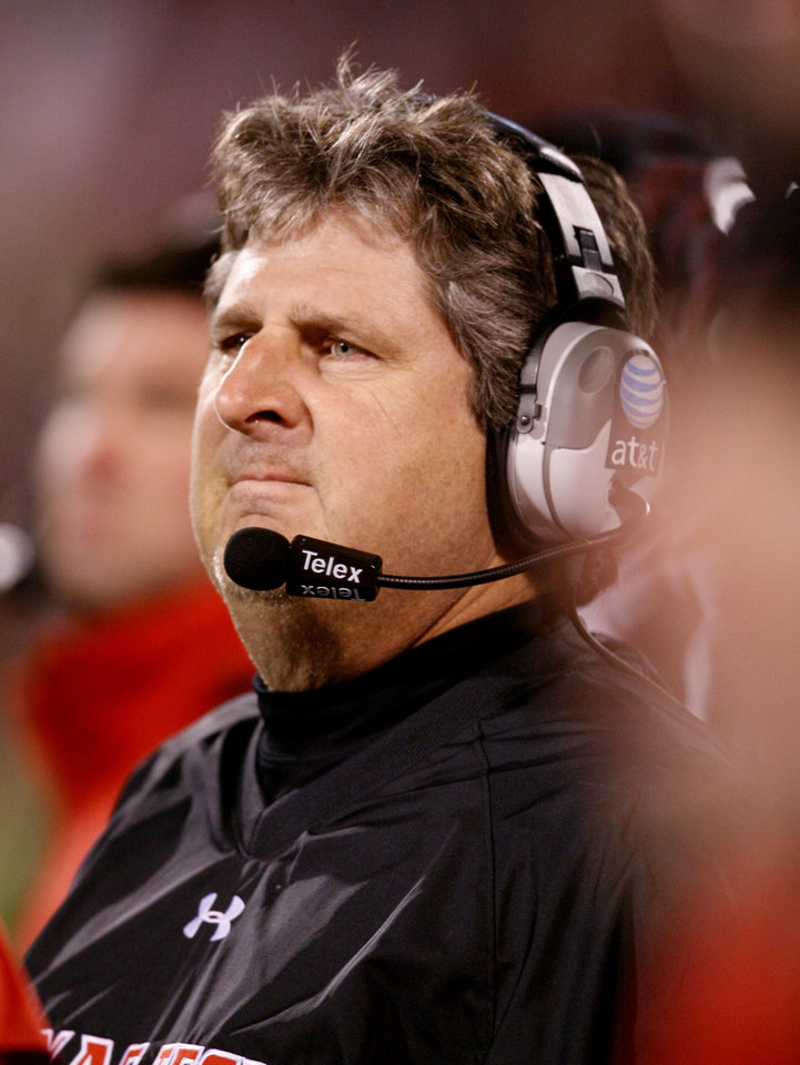 Photo - Texas Tech head coach Mike Leach watches the final seconds of the college football game between the University of Oklahoma Sooners (OU) and Texas Tech University at the Gaylord Family -- Oklahoma Memorial Stadium on Saturday, Nov. 22, 2008, in Norman, Okla.   BY STEVE SISNEY, THE OKLAHOMAN