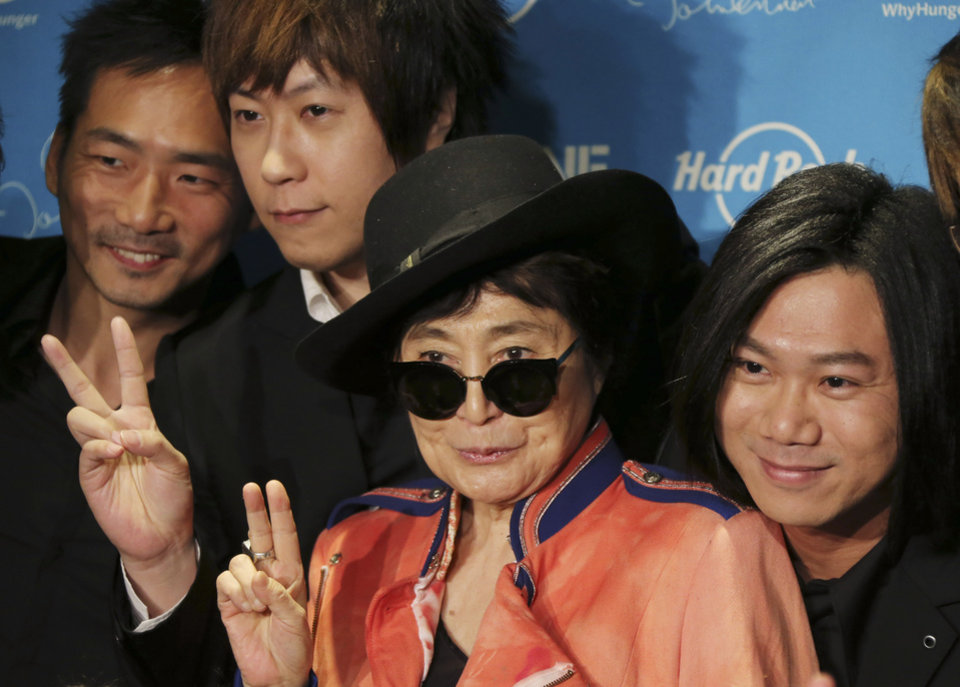 Photo - Yoko Ono poses for photos with members of Taiwanese rock band