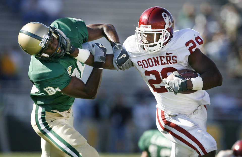 Photo - Chris Brown runs in the fourth quarter and pushes James Todd during the University of Oklahoma Sooners (OU) college football game against Baylor University Bears (BU) at Floyd Casey Stadium, on Saturday, Nov. 18, 2006, in Waco, Texas.     by Steve Sisney, The Oklahoman