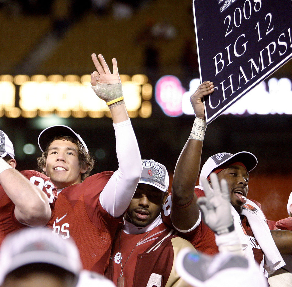 Photo - OU's Sam Bradford celebrate their win in the Big 12 Championship college football game between the University of Oklahoma Sooners (OU) and the University of Missouri Tigers (MU) on Saturday, Dec. 6, 2008, at Arrowhead Stadium in Kansas City, Mo. 