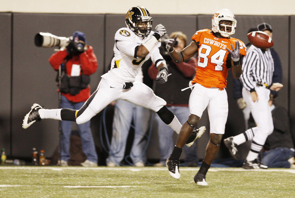 Photo - Hubert Anyiam (84) bobbles a pass as Jasper Simmons (9) covers  during the college football game between Oklahoma State University (OSU) and the University of Missouri (MU) at Boone Pickens Stadium in Stillwater, Okla. Saturday, Oct. 17, 2009.  Photo by Doug Hoke, The Oklahoman