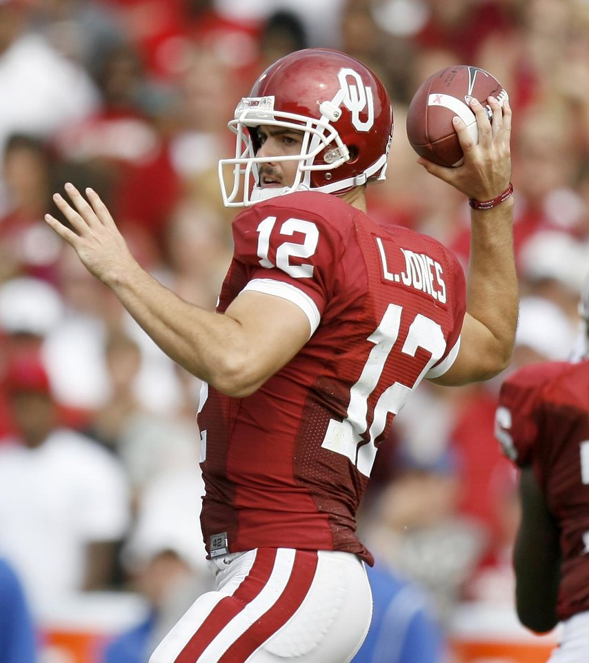 Photo - OU's Landry Jones throws a pass during the first half of the college football game between The University of Oklahoma Sooners (OU) and the University of Tulsa Golden Hurricane (TU) at the Gaylord Family -- Oklahoma Memorial Stadium on Saturday, Sept. 19, 2009, in Norman, Okla.   Photo by Bryan Terry, The Oklahoman. ORG XMIT: KOD