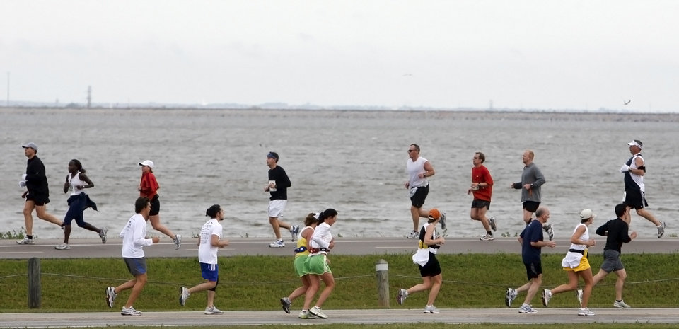 Marathon participants run opposite directions as they make their way around Lake Hefner during the eighth annual Oklahoma City Memorial Marathon on Sunday , April 27, 2008, in Oklahoma City, Okla.   PHOTO BY CHRIS LANDSBERGER   ORG XMIT: KOD