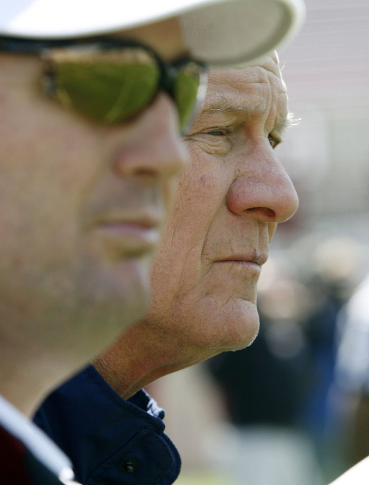 Photo - Former head coach Barry Switzer and current head coach Bob Stoops watch before the University of Oklahoma football team scrimages at Gaylord Family Oklahoma Memorial Stadium in Norman, Okla., Saturday, April 5, 2008   BY STEVE SISNEY