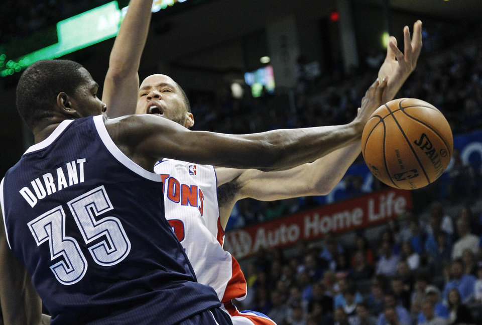 Photo -   Oklahoma City Thunder forward Kevin Durant (35) knocks the ball away from Detroit Pistons forward Tayshaun Prince, right, during the first quarter of an NBA basketball game in Oklahoma City, Friday, Nov. 9, 2012. (AP Photo/Sue Ogrocki)
