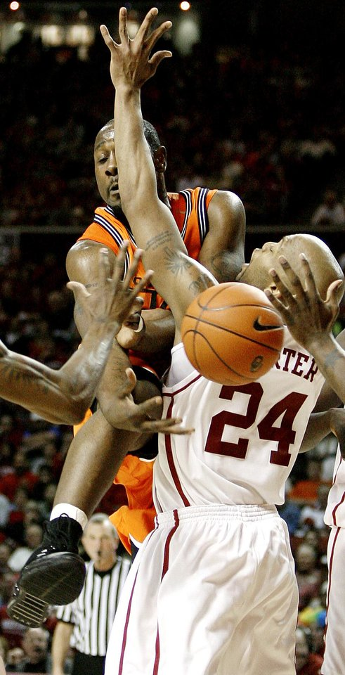 Photo - Mario Boggan of OSU runs into Nate Carter of OU during the bedlam men's college basketball game between the University of Oklahoma Sooners and the Oklahoma State University Cowboys at Lloyd Noble Center in Norman, Okla., Wednesday, Feb., 7, 2007.  By Bryan Terry, The Oklahoman ORG XMIT: KOD