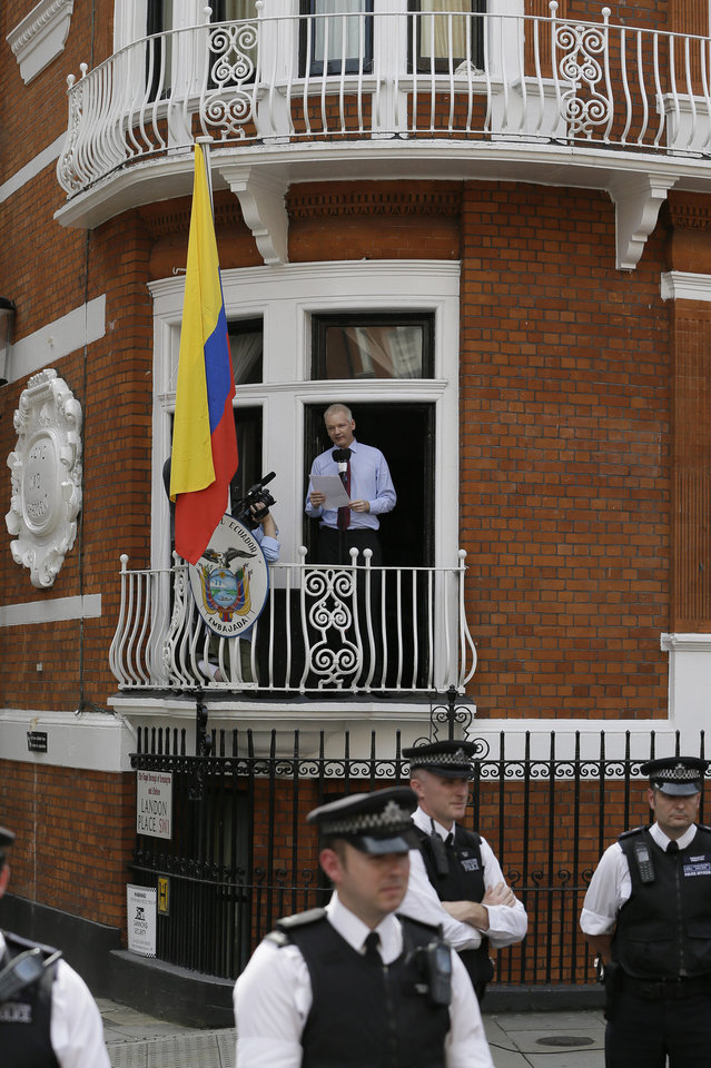 Photo -   Julian Assange, founder of WikiLeaks makes a statement from a balcony of the Equador Embassy in London, Sunday, Aug. 19, 2012. Assange called on United States President Barack Obama to 'end a