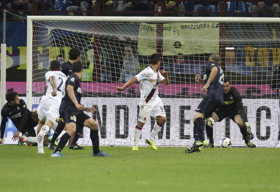Photo - Bologna midfielder Michele Pazienza, second from left, scores a goal during the Serie A soccer match between Inter Milan and Bologna at the San Siro stadium in Milan, Italy, Saturday, April 5, 2014. (AP Photo/Antonio Calanni)