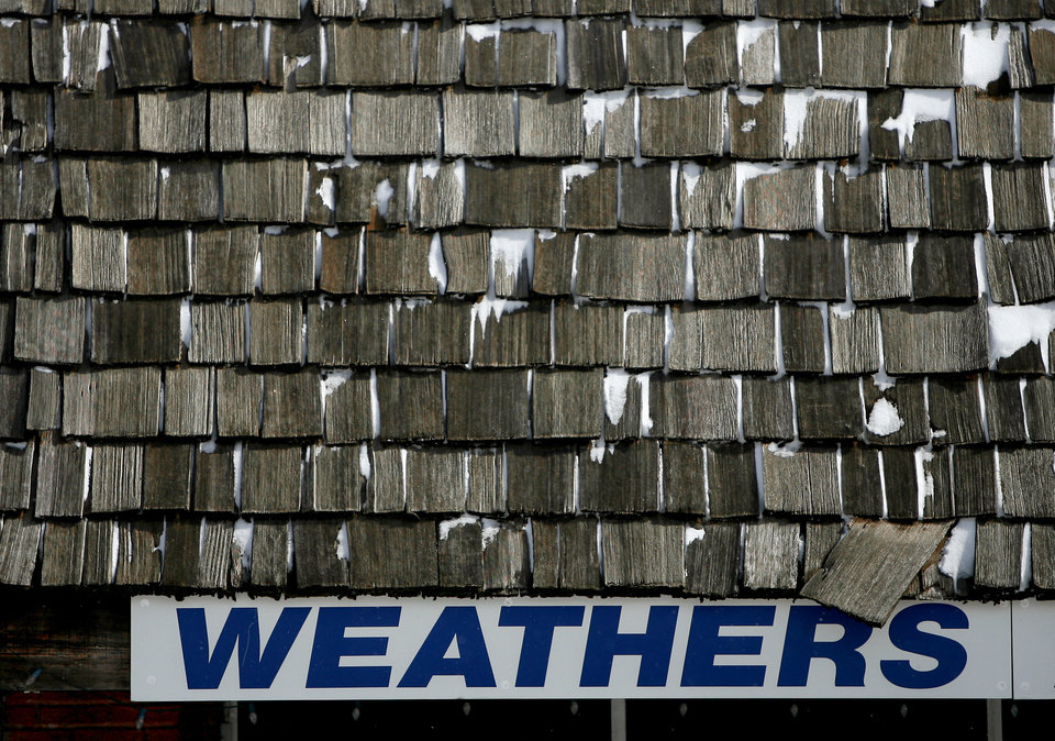 Photo - Snow covers part of the roof of a downton store in Edmond, Okla., on Wednesday, Feb. 9, 2011.  Photo by Bryan Terry, The Oklahoman