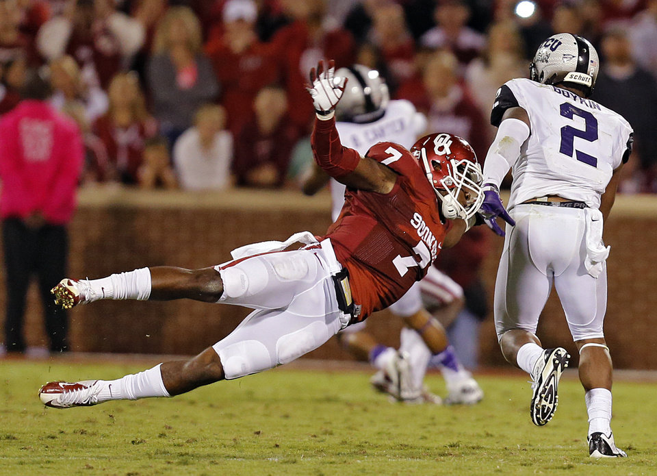 Photo - NELSON WAS INJURED ON THE PLAY -- Oklahoma's Corey Nelson (7) dives to stop TCU 's Trevone Boykin (2) during the college football game between the University of Oklahoma Sooners (OU) and the Texas Christian University Horned Frogs (TCU) at the Gaylord Family-Oklahoma Memorial Stadium on Saturday, Oct. 5, 2013 in Norman, Okla.   Photo by Chris Landsberger, The Oklahoman