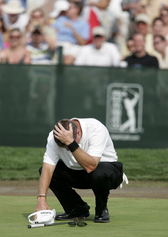 Photo - Fans cheer in the background as Scott Verplank reacts after sinking a putt on the 18th green for the victory in the Byron Nelson Championship golf tournament in Irving, Texas, Sunday, April 29, 2007. Verplank finished with a tournament total 267, 13-under-par. (AP Photo/Tony Gutierrez) ORG XMIT: TXTG107