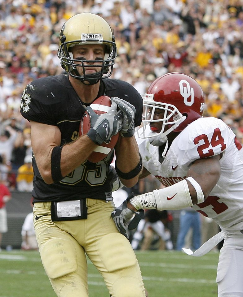 Photo - Dusty Sprague of COlorado catches a touchdown pass in front of Marcus Walker to score a touchdown to tie the game during the second half of the college football game between the University of Oklahoma Sooners (OU) and the University of Colorado Buffaloes (CU) at Folsom Field on Saturday, Sept. 28, 2007, in Boulder, Co.  By Bryan Terry, The Oklahoman