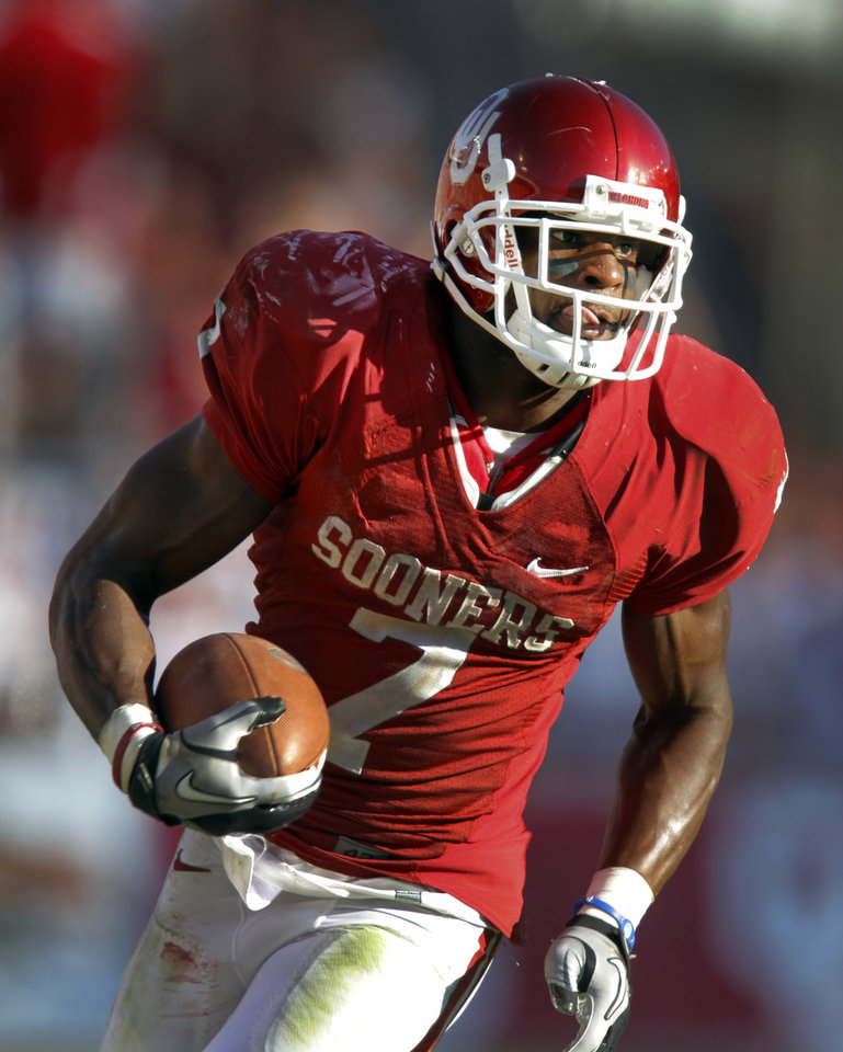 Oklahoma's DeMarco Murray (7) carries the ball in the second half of the Red River Rivalry college football game between the University of Oklahoma Sooners (OU) and the University of Texas Longhorns (UT) at the Cotton Bowl on Saturday, Oct. 2, 2010, in Dallas, Texas.   Photo by Chris Landsberger, The Oklahoman