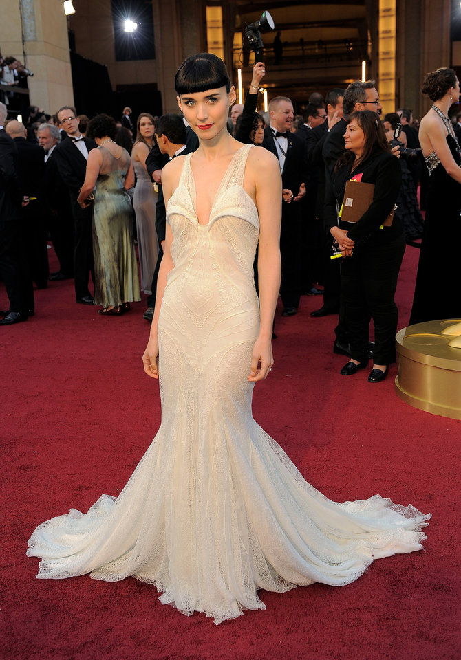 Rooney Mara arrives before the 84th Academy Awards on Sunday, Feb. 26, 2012, in the Hollywood section of Los Angeles. (AP Photo/Chris Pizzello) ORG XMIT: OSC316