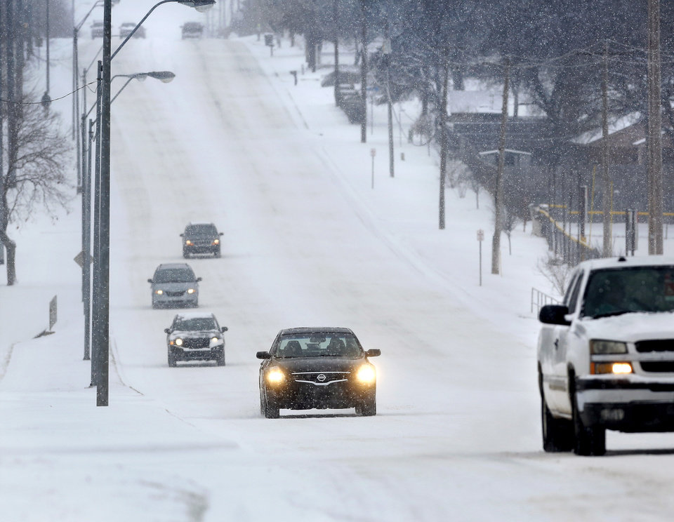 Photo - Traffic is light on this hilly section of SE 15 Street near Post Road in Midwest City. Snow began falling in central Oklahoma around 7 Sunday morning, Feb. 2, 2014.   Photo by Jim Beckel, The Oklahoman