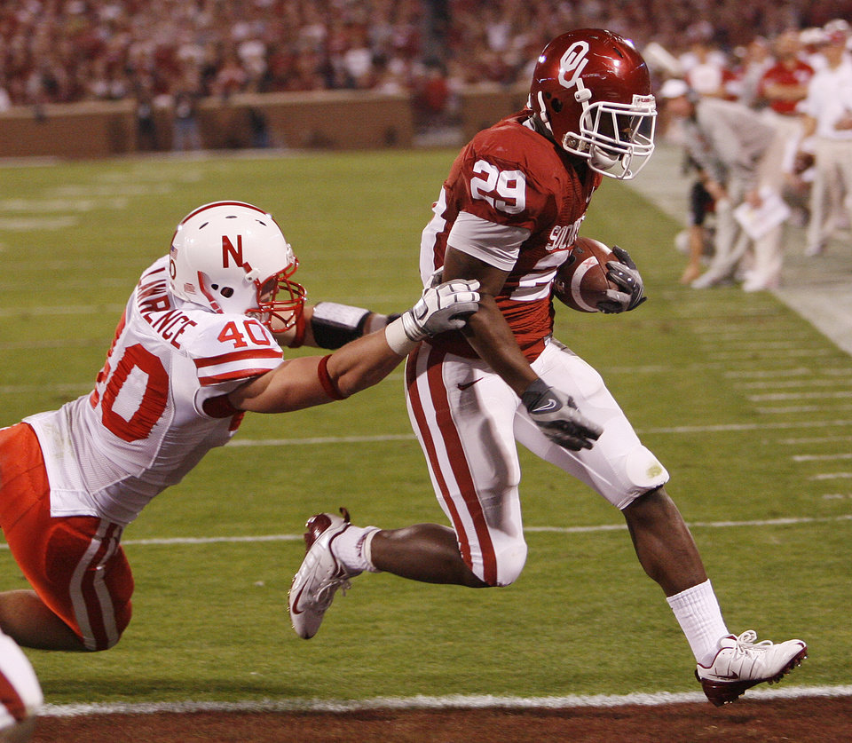 Oklahoma's Chris Brown (29) beats Nebraska's Blake Lawrence (40) to the outside to score a touchdown during the first half of the college football game between the University of Oklahoma Sooners (OU) and the University of Nebraska Huskers (NU) at the Gaylord Family Memorial Stadium, on Saturday, Nov. 1, 2008, in Norman, Okla. 