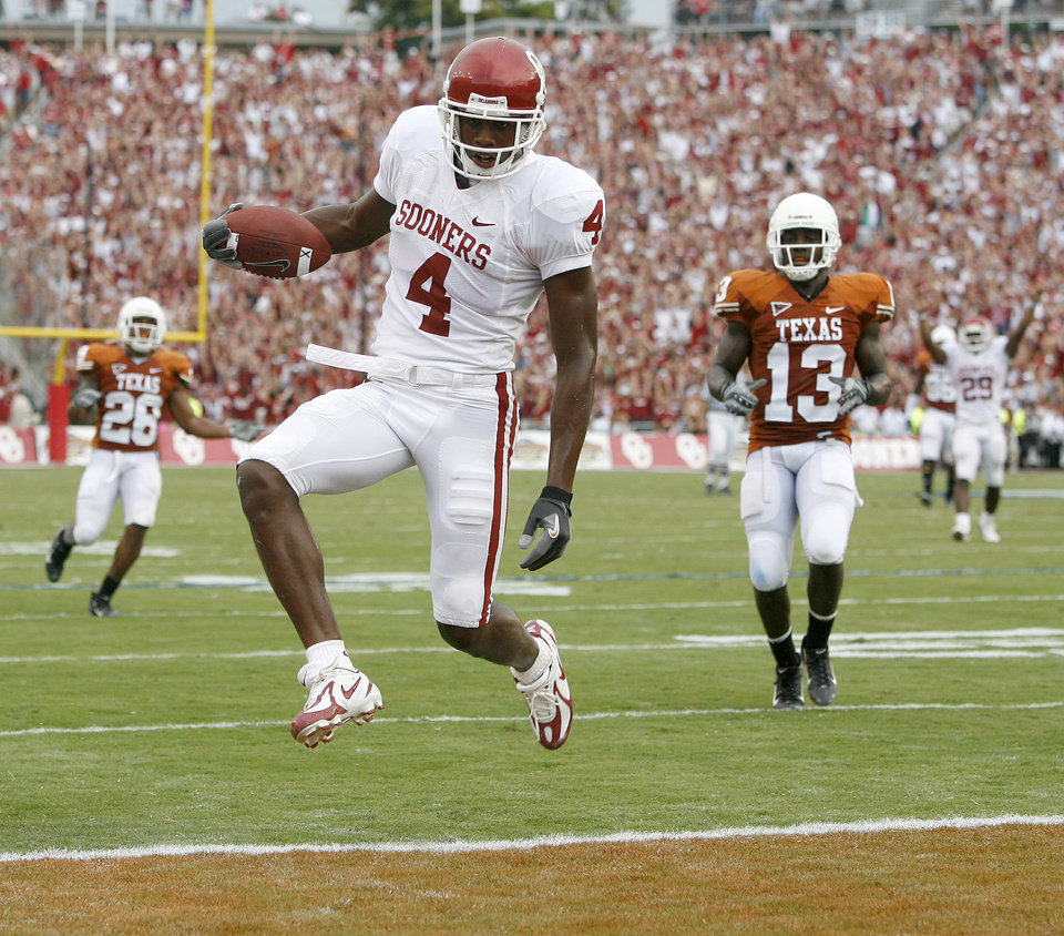 Photo - OU's Malcolm Kelly scores a touchdown in the fourth quarter  of the college football game between the University of Oklahoma Sooners (OU) and the University of Texas Longhorns (UT) at the Cotton Bowl on Saturday, Oct. 6, 2007, in Dallas, Texas.  By Bryan Terry, The Oklahoman    ORG XMIT: KOD