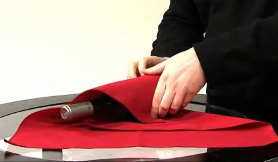 Photo - HOLIDAY HOW-TO / WRAPPING / STEP-BY-STEP / HOW TO WRAP A WINE BOTTLE IN A NAPKIN / WINE SWADDLE / DIRECTIONS ORG XMIT: 0812151600353110