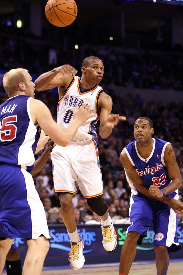 Photo - L.A. CLIPPERS / OKLAHOMA CITY THUNDER / LOS ANGELES CLIPPERS / NBA BASKETBALL  Oklahoma City Thunder guard Russell Westbrook passes the ball during the Thunder - Clippers game November 15, 2009 in the Ford Center in Oklahoma City.    BY HUGH SCOTT, THE OKLAHOMAN ORG XMIT: KOD