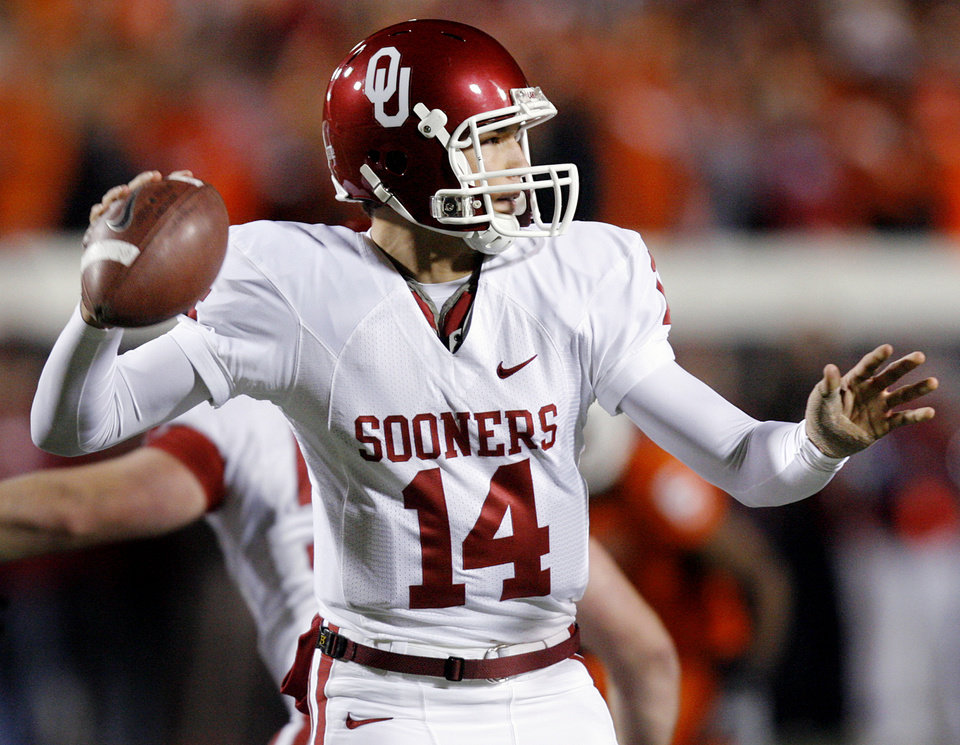 Photo - BEDLAM / TAPE / INJURY / INJURED: Oklahoma's Sam Bradford (14) has his left thumb taped up as he looks to throw the ball during the first half of the college football game between the University of Oklahoma Sooners (OU) and Oklahoma State University Cowboys (OSU) at Boone Pickens Stadium on Saturday, Nov. 29, 2008, in Stillwater, Okla.    STAFF PHOTO BY CHRIS LANDSBERGER  ORG XMIT: KOD