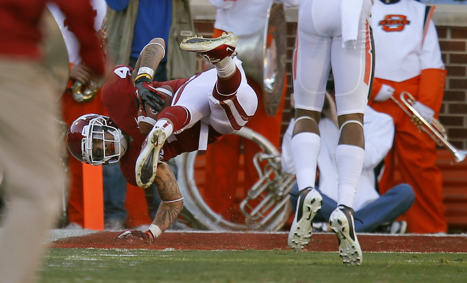 Photo - Oklahoma's Kenny Stills (4) scores a touchdown during the Bedlam college football game between the University of Oklahoma Sooners (OU) and the Oklahoma State University Cowboys (OSU) at Gaylord Family-Oklahoma Memorial Stadium in Norman, Okla., Saturday, Nov. 24, 2012. Oklahoma won 51-48. Photo by Bryan Terry, The Oklahoman