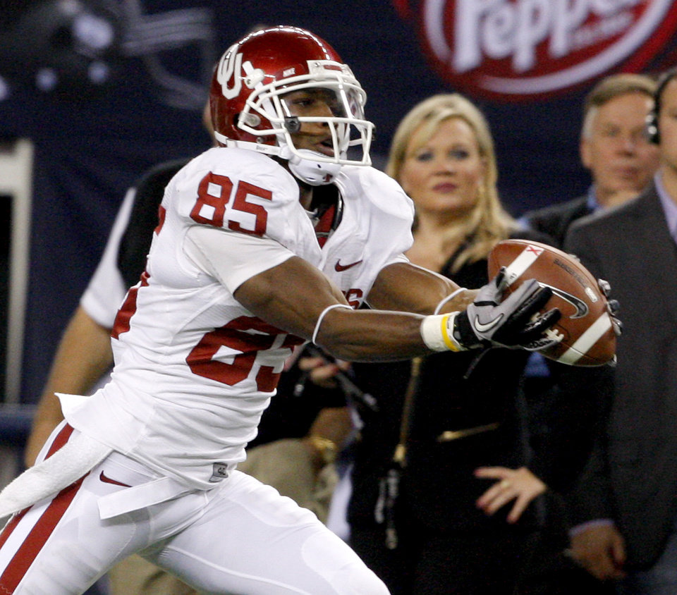 Photo - OU's Ryan Broyles catches a pass during the Big 12 football championship game between the University of Oklahoma Sooners (OU) and the University of Nebraska Cornhuskers (NU) at Cowboys Stadium on Saturday, Dec. 4, 2010, in Arlington, Texas.  Photo by Bryan Terry, The Oklahoman