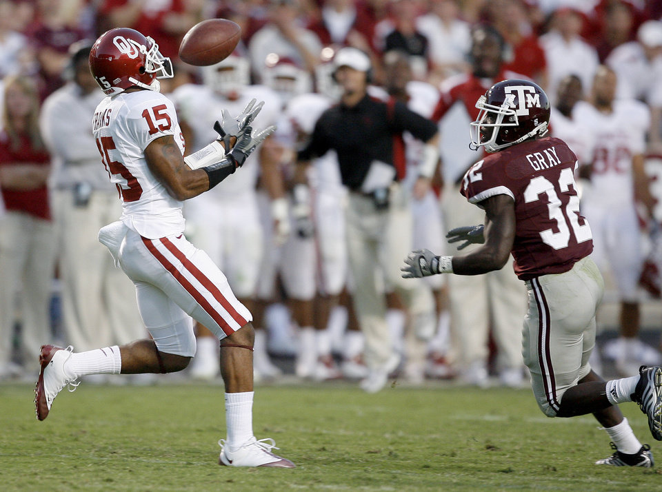 Photo - OU's Dominique Franks recovers a fumble for a touchdown in front of Texas A&M's Cryus Gray in the second half during the college football game between the University of Oklahoma and Texas A&M University at Kyle Field in College Station, Texas, Saturday, November 8, 2008.  BY BRYAN TERRY, THE OKLAHOMAN