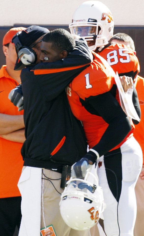 Photo - Dez Bryant gets a hug from co-offensive coordinator Trooper Taylor after a touchdown that put the Pokes up 20-6 at the Oklahoma State University (OSU) college football game with Baylor University (BU) at Boone Pickens Stadium in Stillwater, Okla. Saturday, Oct. 18, 2008. BY DOUG HOKE, THE OKLAHOMAN. ORG XMIT: KOD