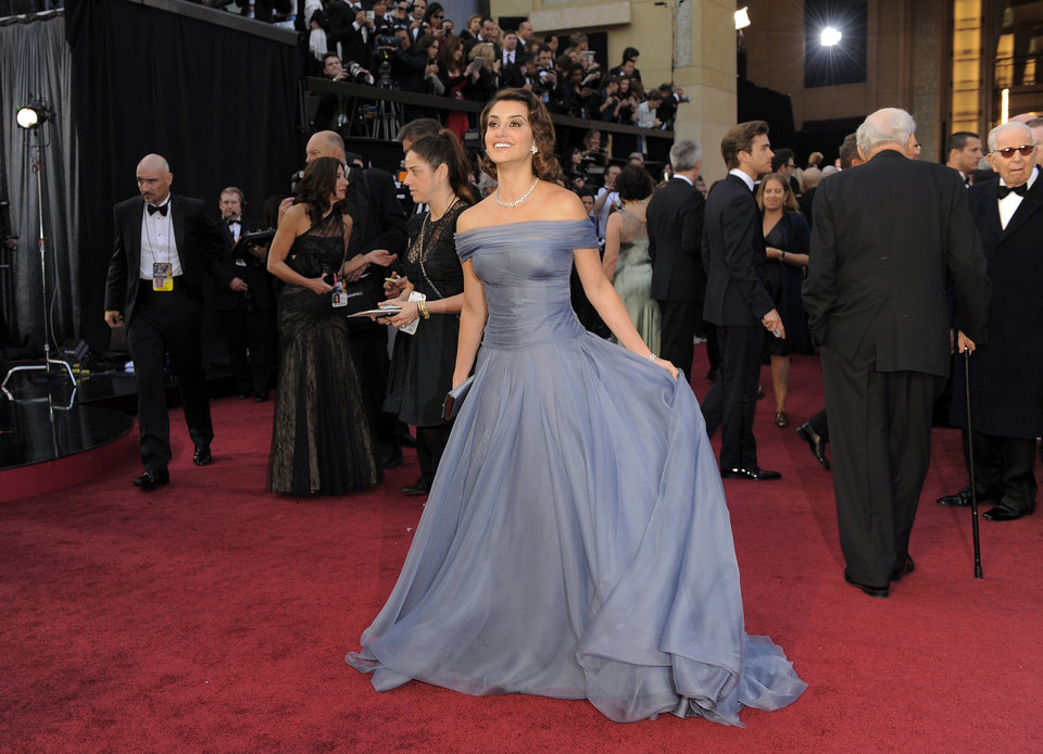 Penélope Cruz arrives before the 84th Academy Awards on Sunday, Feb. 26, 2012, in the Hollywood section of Los Angeles. (AP Photo/Chris Pizzello)