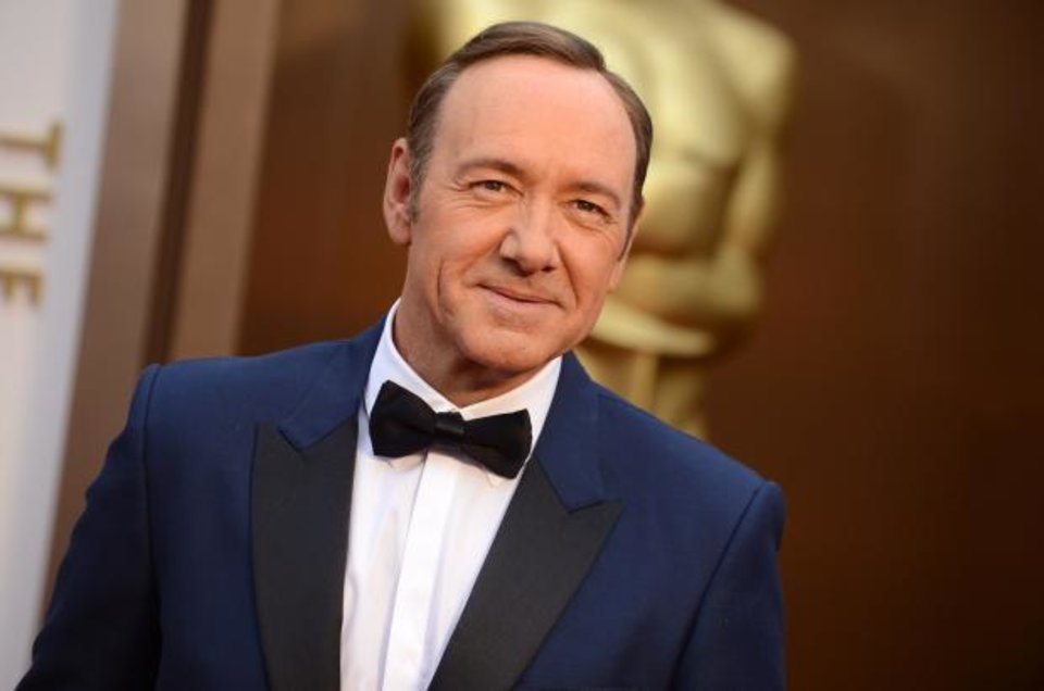 Photo -  Kevin Spacey has embraced the navy tuxedo trend among the men on the Oscars red carpet. (AP)