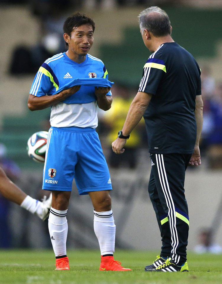 Photo - In this June 8, 2014 photo, Japan's Yuto Nagatomo talks to his coach Alberto Zaccheroni during a training session in Sorocaba, Brazil. In the Brazilian heat, Nagatomo's speed and stamina will be a particular asset for Japan, as he is known to wear opponents down with his relentless runs. (AP Photo/Shuji Kajiyama)