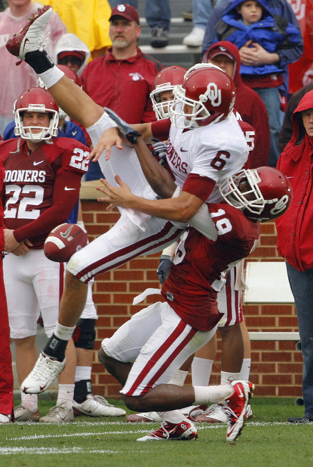 Photo - Demontre Hurst (19) breaks up a pass intended for Cameron Kenney (6) during the spring Red and White football game for the University of Oklahoma (OU) Sooners at Gaylord Family/Oklahoma Memorial Stadium on Saturday, April 17, 2010, in Norman, Okla.  Photo by Steve Sisney, The Oklahoman