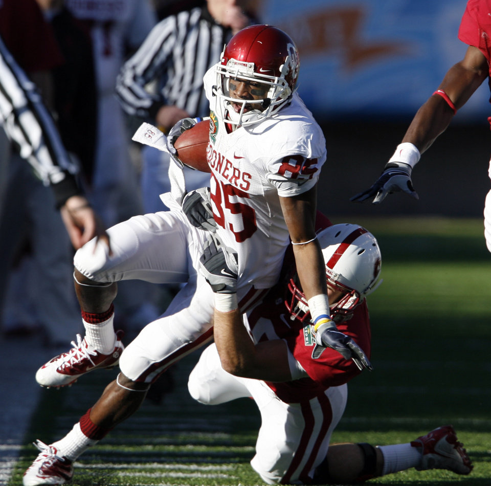 Photo - Ryan Broyles returns a punt to midfield during the second half of the Brut Sun Bowl college football game between the University of Oklahoma Sooners (OU) and the Stanford University Cardinal on Thursday, Dec. 31, 2009, in El Paso, Tex.   Photo by Steve Sisney, The Oklahoman