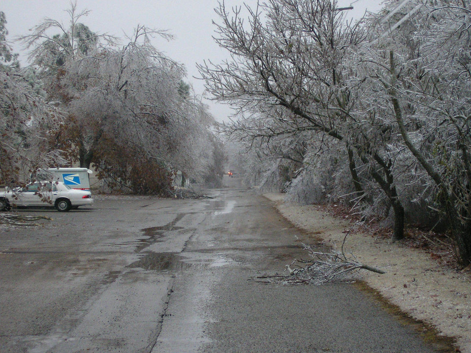 The Street of Village Oaks Mobile Home Park in Midwest City<br/><b>Community Photo By:</b> Janet Clubine<br/><b>Submitted By:</b> Nellie, Midwest City