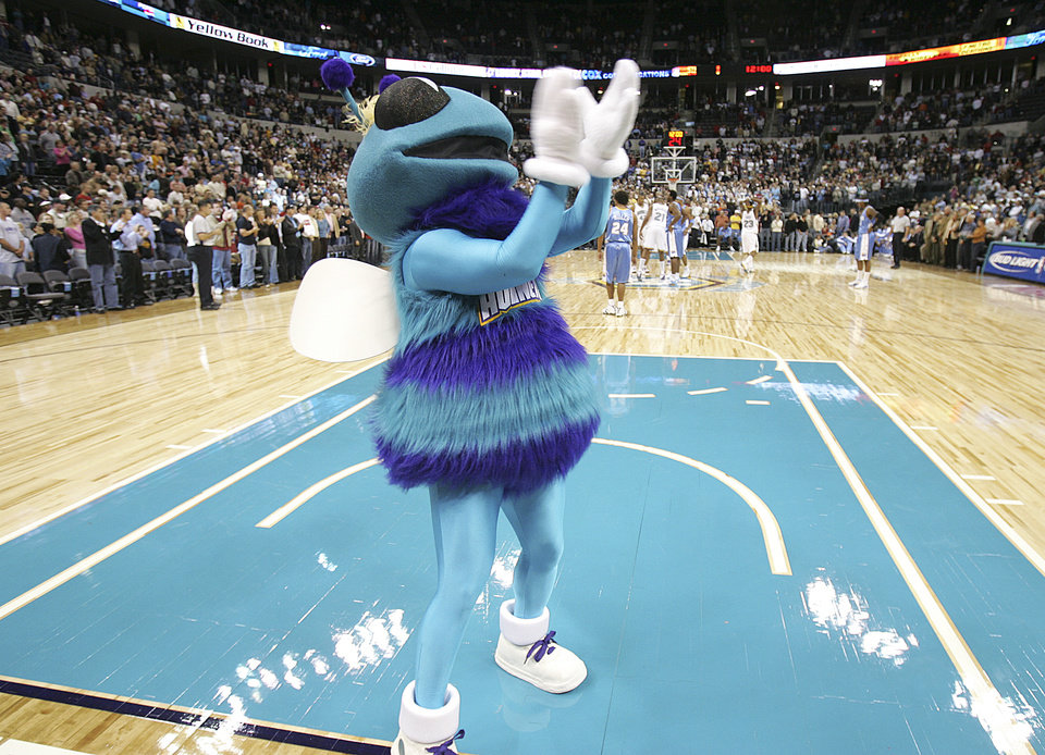 Photo - NBA BASKETBALL, PRE-SEASON, PRESEASON, MASCOT, MASCOTS: Hugo the Hornet rallies the home crowd as they prepare for the opening tipoff during the New Orleans/Oklahoma City Hornets exhibition game against the Denver Nuggets, Sunday, October 23, 2005, in Oklahoma City.  by Bill Waugh/The Oklahoman.