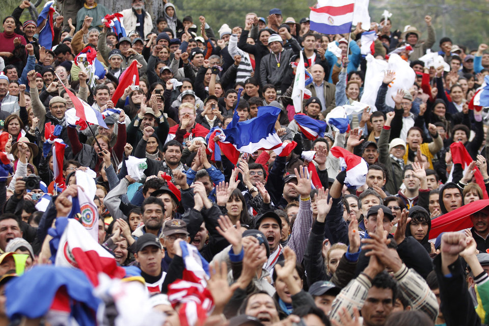 Photo -   Supporters of Paraguay's President Fernando Lugo protest against Lugo's impeachment trial in Plaza de Armas, Asuncion, Paraguay, Friday, June 22, 2012. Paraguayan lawmakers voted Thursday to impeach Lugo for his role in a deadly clash involving landless farmers and police. Lugo's trial began Friday in Paraguay's Senate.(AP Photo/Jorge Saenz)