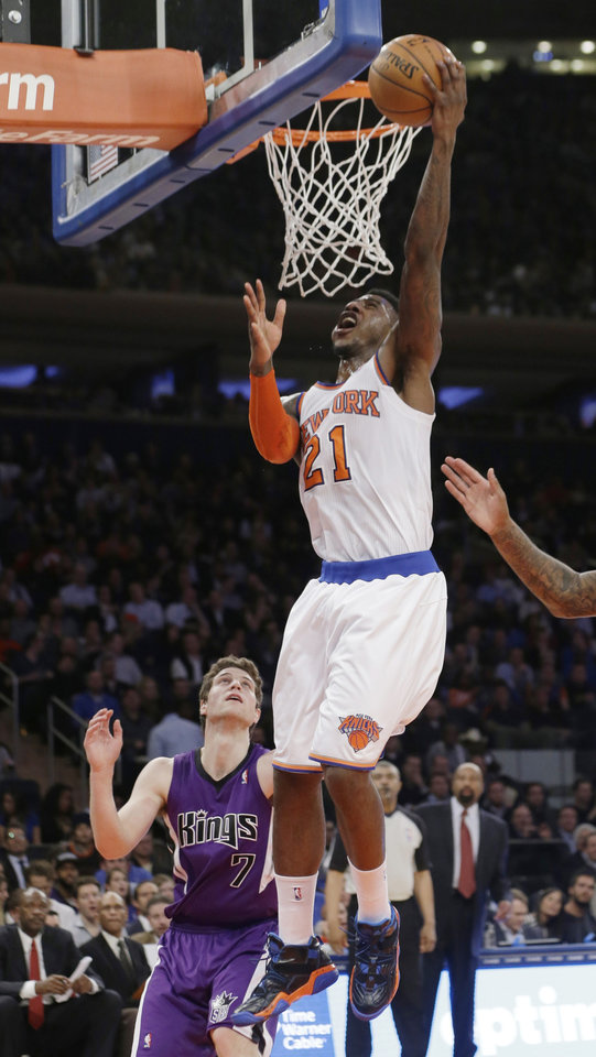 Photo - New York Knicks' Iman Shumpert (21) drives past Sacramento Kings' Jimmer Fredette (7) during the first half of an NBA basketball game Wednesday, Feb. 12, 2014, in New York.  (AP Photo/Frank Franklin II)