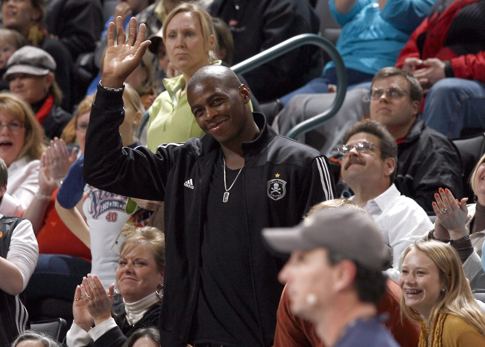 Photo - Desmond Mason waves to the crowd during the NBA game between the Oklahoma City Thunder and Golden State Warriors, Sunday, Jan. 31, 2010, at the Ford Center in Oklahoma City. Photo by Sarah Phipps, The Oklahoman