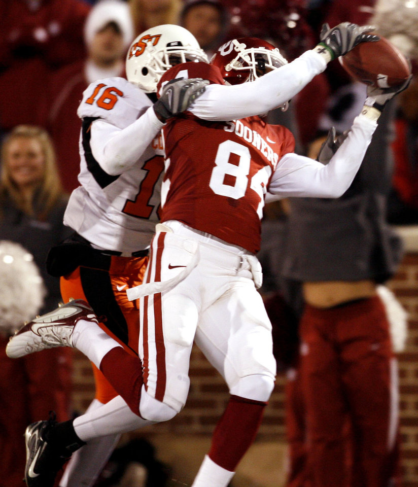Photo - Quentin Chaney (84) catches a pass in the end zone during the second half of the college football game between the University of Oklahoma Sooners (OU) and the Oklahoma State University Cowboys (OSU) at the Gaylord Family-Memorial Stadium on Saturday, Nov. 24, 2007, in Norman, Okla. Defending is Perrish Cox (16). 